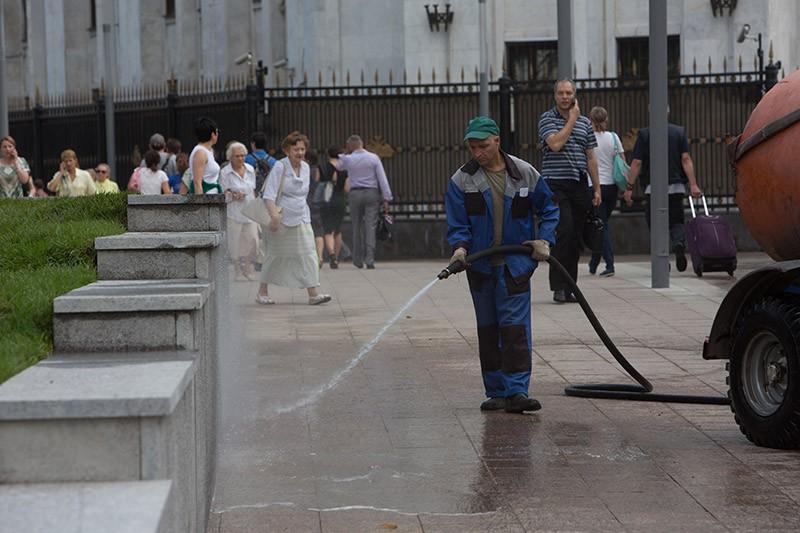 Сотрудник коммунальных служб на Арбатской площади в Москве