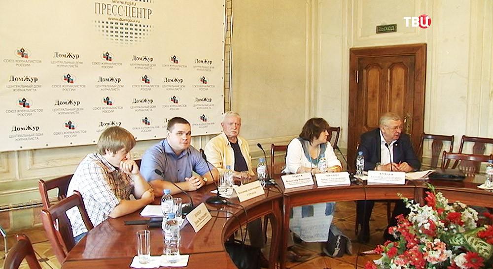Участники пресс-конференции, посвящённой будущему коммунистического движения в России