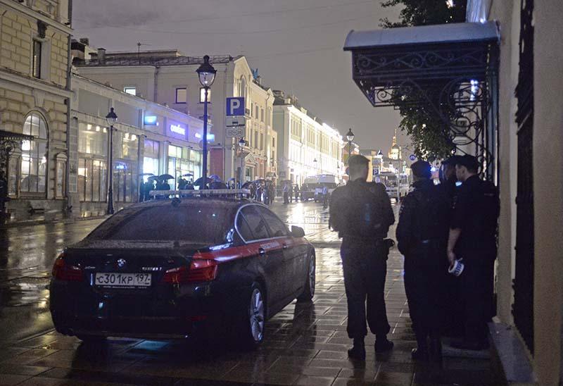 """Полицейское оцепление у отделения """"Ситибанка"""", в котором неизвестный захватил заложников и угрожает взорвать банк"""