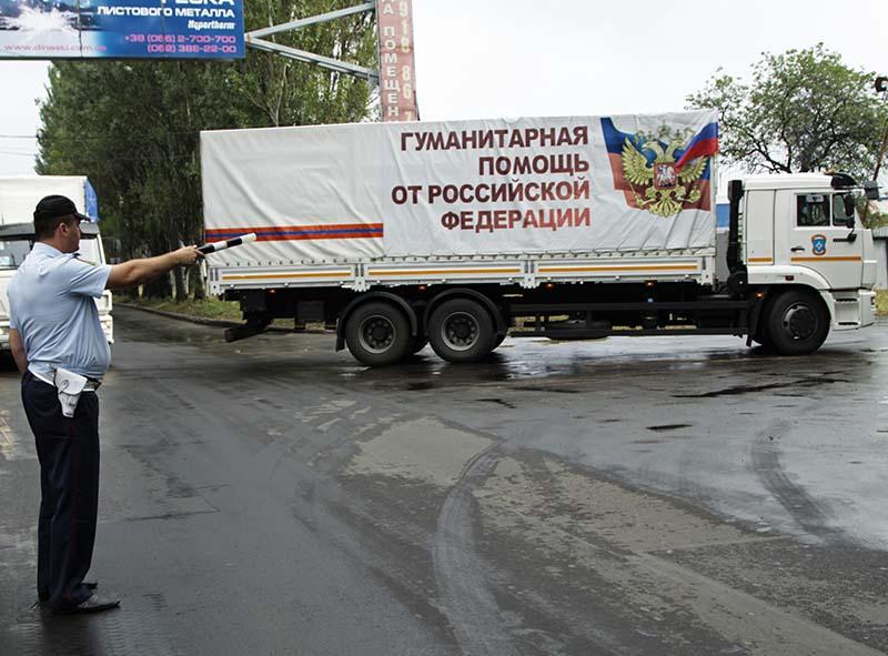 Колонна автомобилей 55-го конвоя МЧС России с гуманитарным грузом прибывает в Донецк