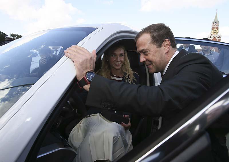 Председатель правительства РФ Дмитрий Медведев и двукратная чемпионка Игр XXXI Олимпиады по синхронному плаванию Наталья Ищенко