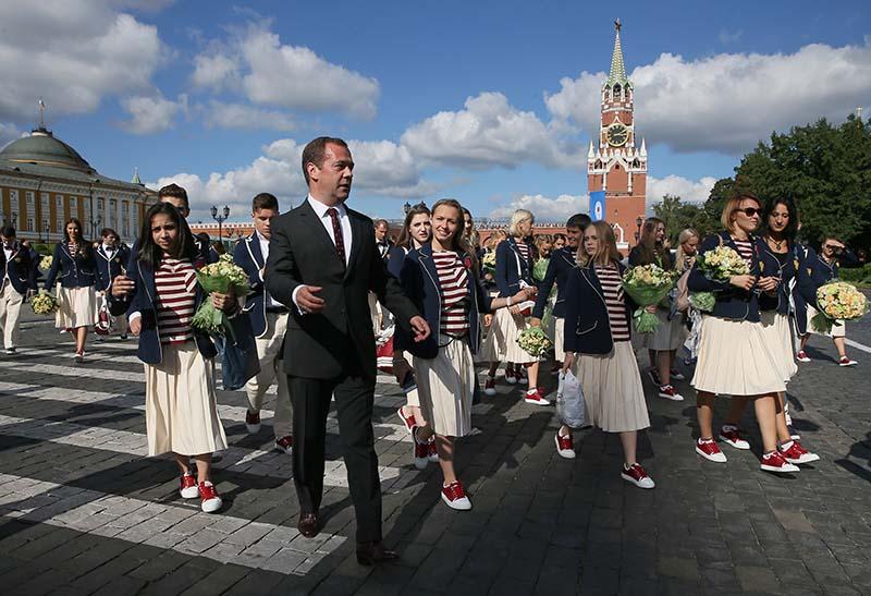 Председатель правительства РФ Дмитрий Медведев на Ивановской площади Московского Кремля с российскими спортсменами