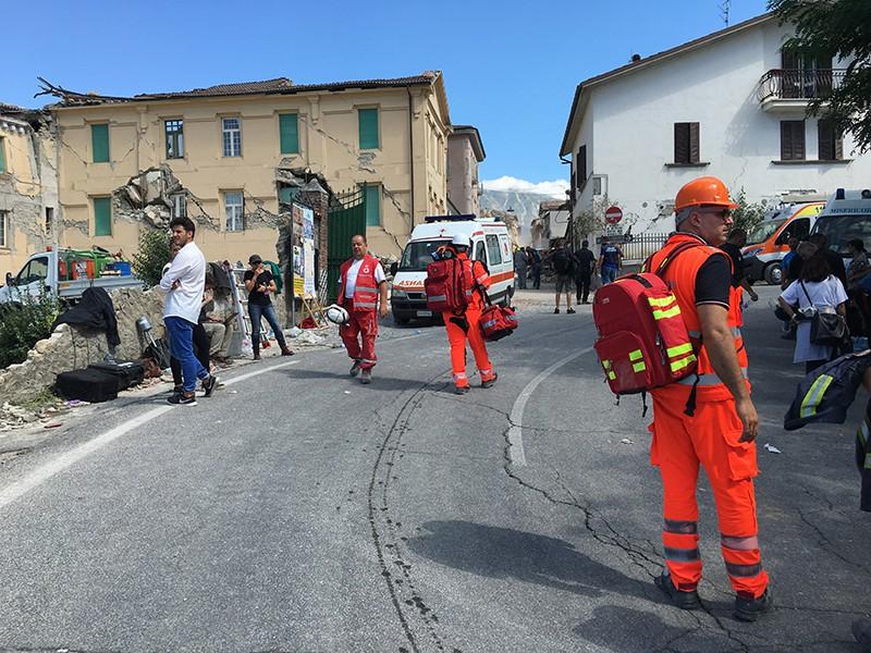 Спасатели на одной из улиц города Аматриче после землетрясения