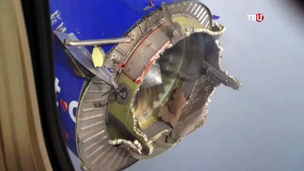 Поврежденный двигатель самолета Boeing