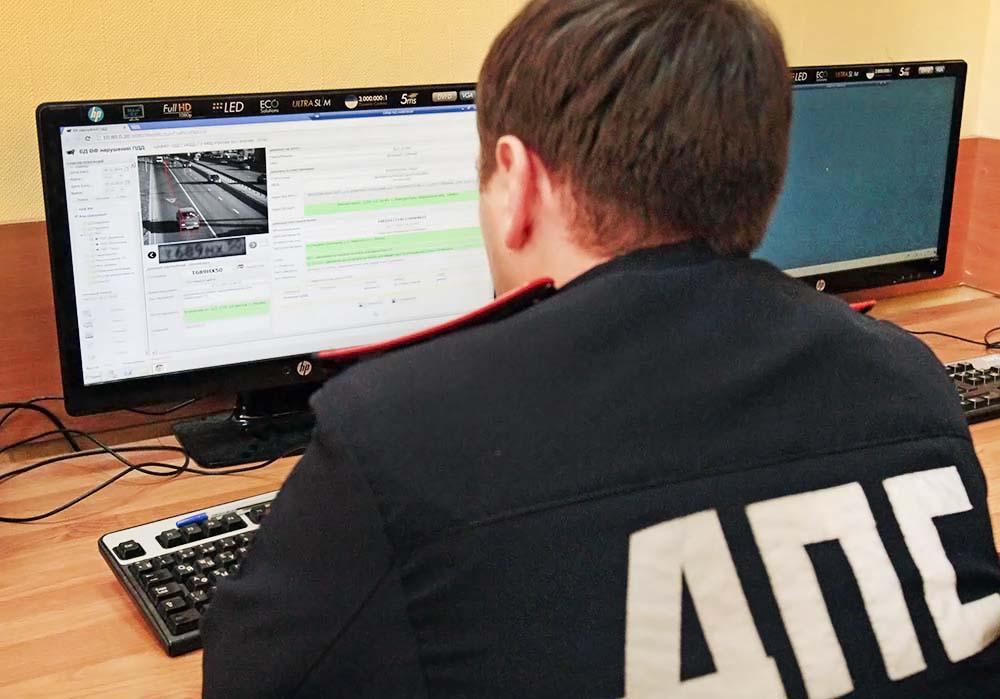 Инспектор ДПС в центре видеофиксации