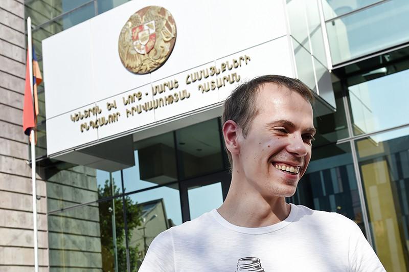 Гражданин РФ Сергей Миронов, задержанный в Армении по запросу США, у здания суда в Ереване