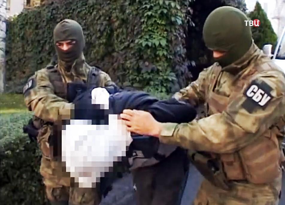 Сотрудники СБУ ведут задержанного