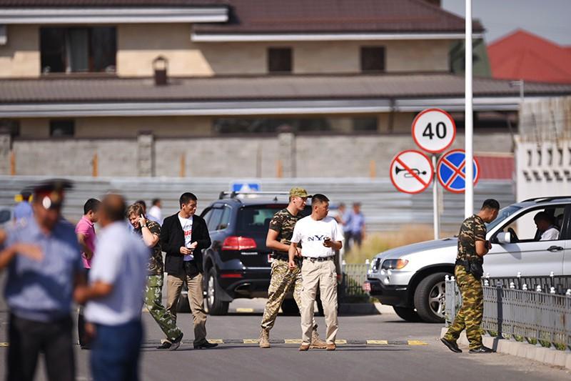На месте взрыва автомашины марки Mitsubishi Delica, протаранившей ворота дипломатического представительства Китая в Бишкеке