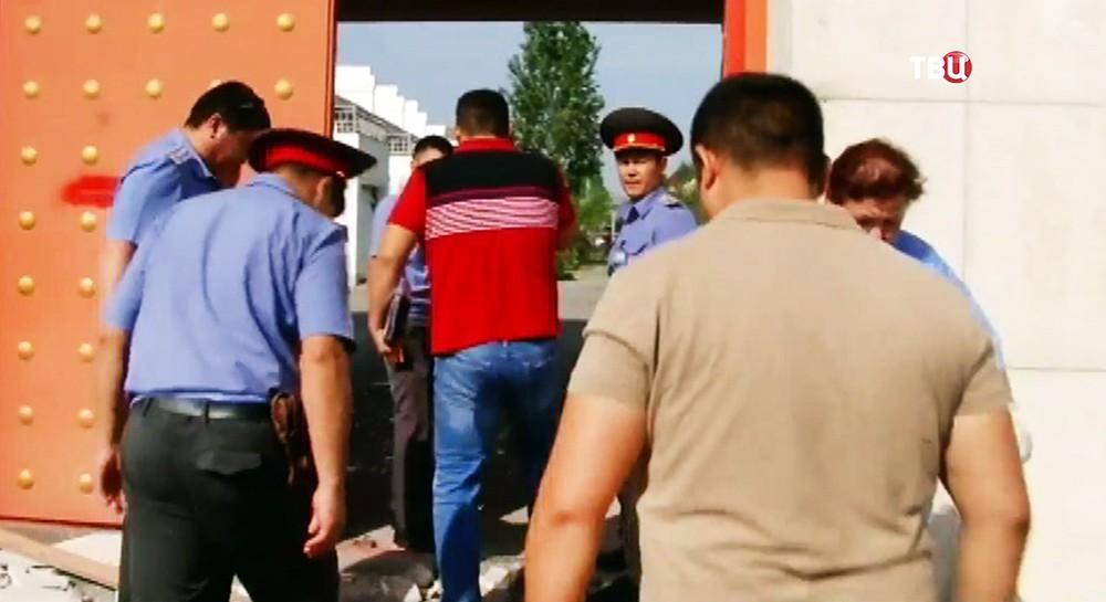 На месте взрыва автомашины, протаранившей ворота дипломатического представительства Китая в Бишкеке