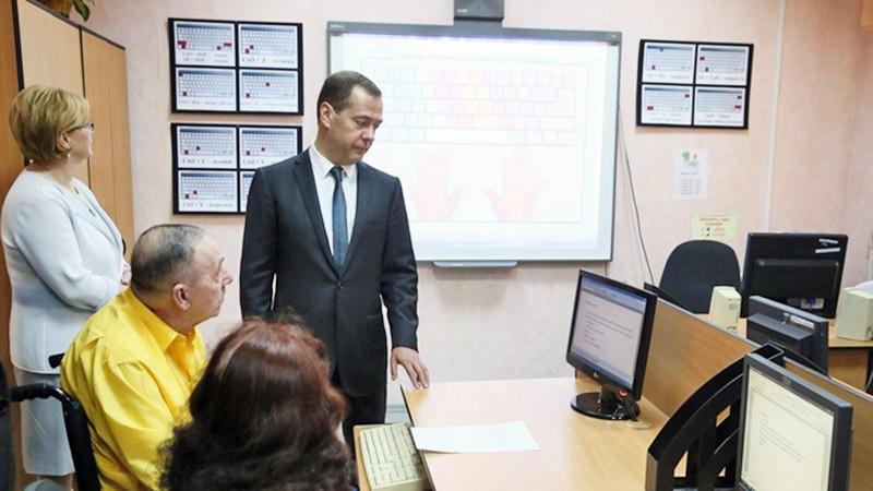 Дмитрий Медведев посетил центр для пенсионеров