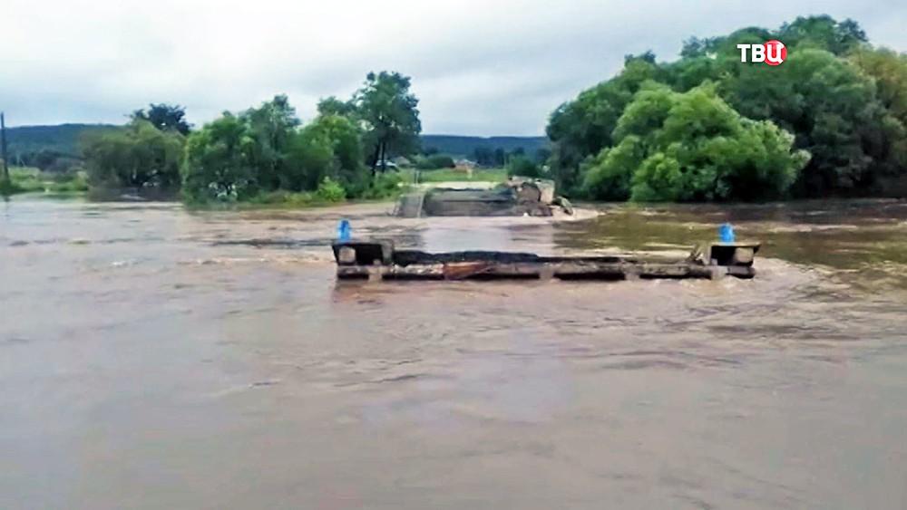 Разрушенный мост паводком