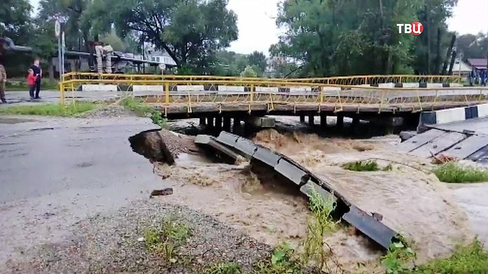 Разрушенный паводком мост