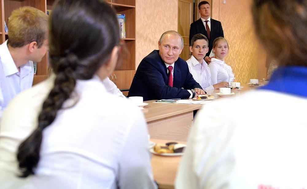 Президент России Владимир Путин поздравил школьников с Днем знаний