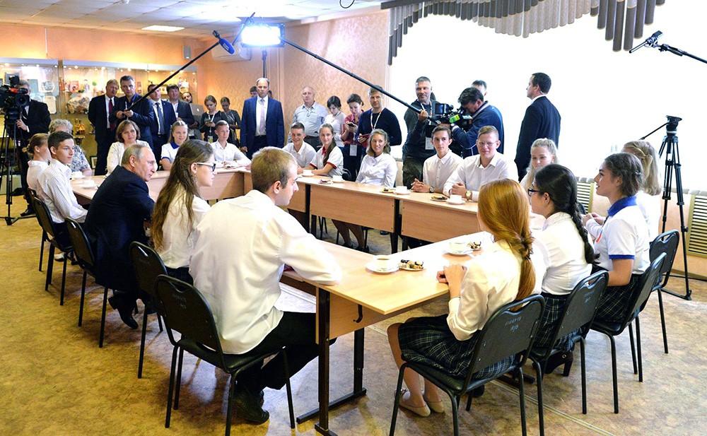 Президент России Владимир Путин пообщался с школьниками