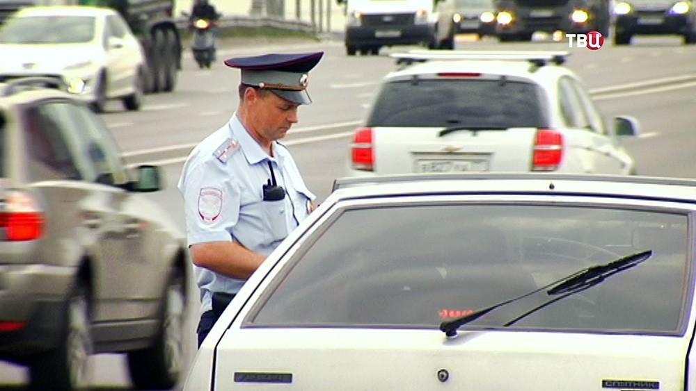Инспектор ДПС вроверяет документы водителя