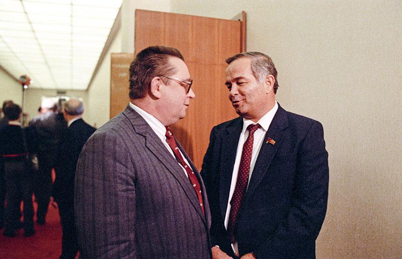 Премьер-министр СССР Валентин Сергеевич Павлов (слева) и член политбюро ЦК КПСС, первый секретарь ЦК Компартии Узбекистана, Президент Узбекской ССР Ислам Абдуганиевич Каримов