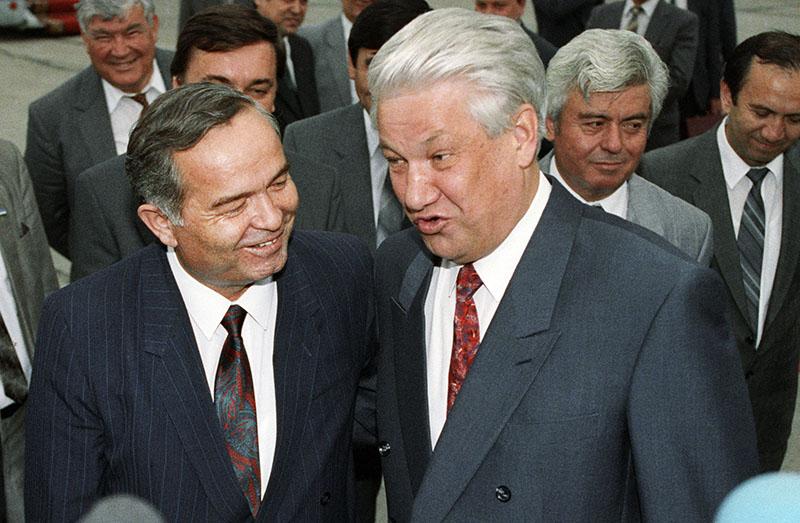 Президенты России и Узбекистана Борис Ельцин (справа) и Ислам Каримов (слева) во время поездки в Самарканд в рамках встречи глав государств СНГ
