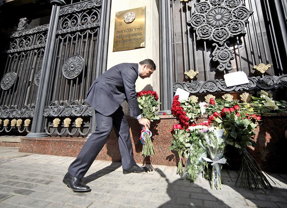 Цветы у посольства Узбекистана в Москве в связи с кончиной президента республики Ислама Каримова