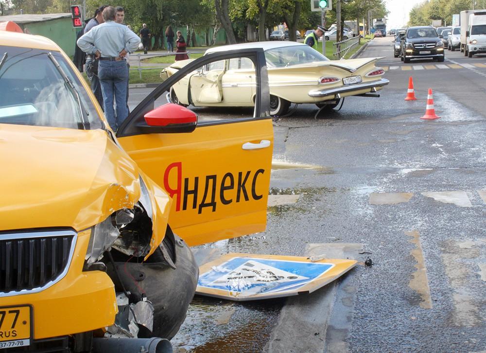 Последствия ДТП с участием такси и раритетного Chevrolet 1954 года