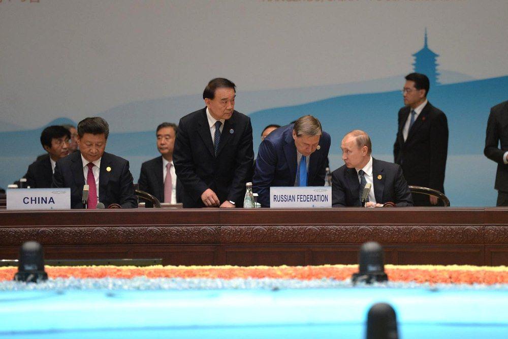 Владимир Путин и Си Цзиньпин (справа налево)