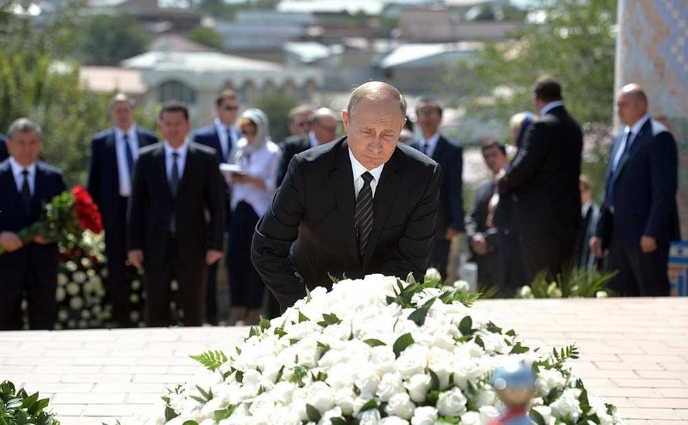 Президент России Владимир Путин на церемонии возложения цветов к могиле первого президента Узбекистана Ислама Каримова