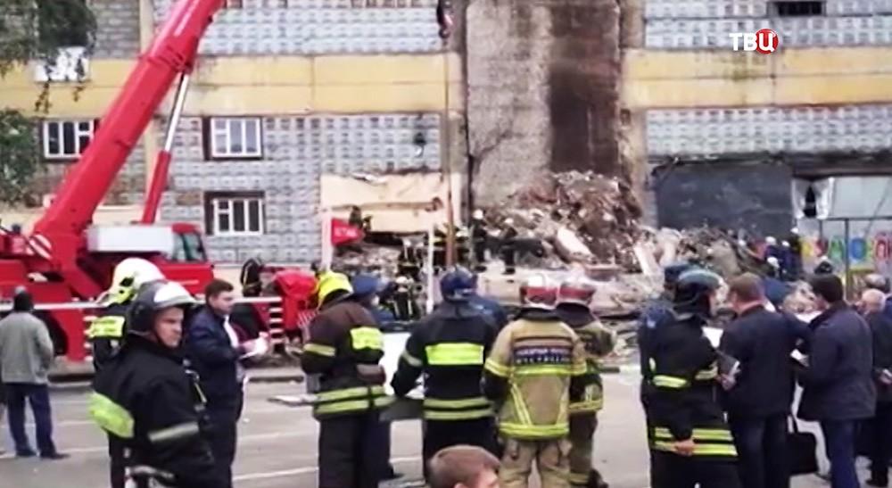 Спасатели МЧС на месте обрушения здания на юго-востоке Москвы