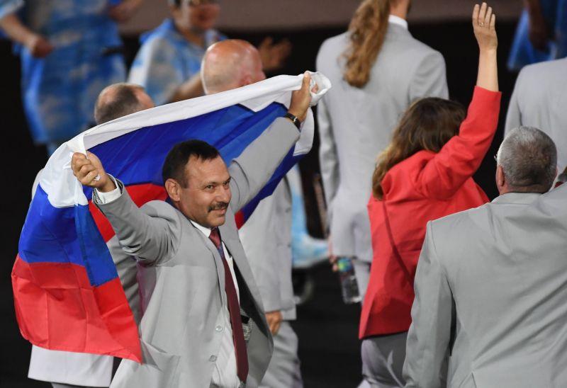 Российский флаг на открытии Паралимпиады в Рио