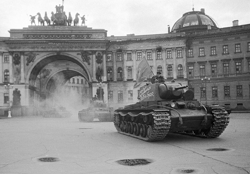 Колонна танков выезжает из арки Генерального штаба на Дворцовую площадь и отправляется на фронт. Ленинград
