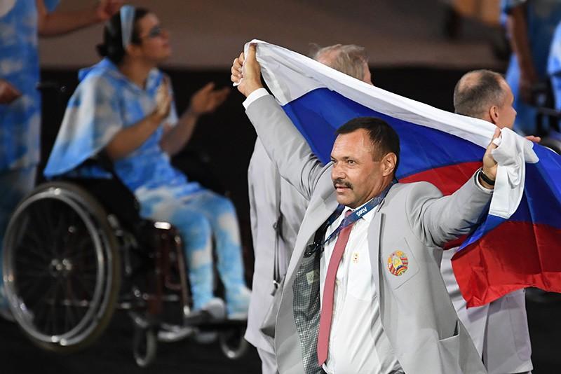 Представитель паралимпийской сборной Белоруссии с флагом России