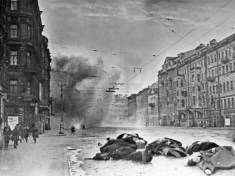 Невский проспект после обстрела немецкой артиллерией. Блокадный Ленинград