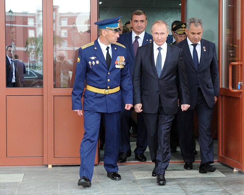 Президент РФ Владимир Путин и министр обороны РФ Сергей Шойту во время осмотра Тульского суворовского военного училища