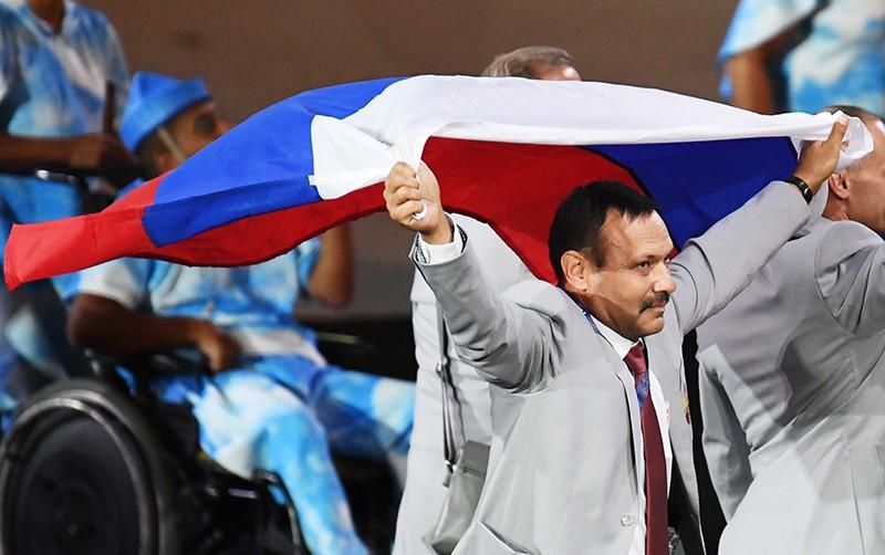 Андрей Фомочкин с флагом России во время парада атлетов и членов национальных делегаций на церемонии открытия XV летних Паралимпийских игр 2016 в Рио-де-Жанейро