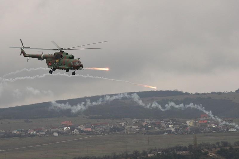 Вертолет Ми-8 во время учений