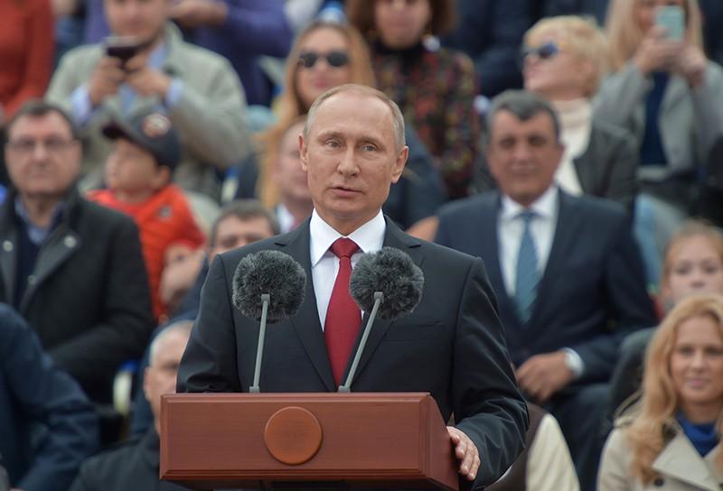 Президент РФ Владимир Путин выступает на торжественной церемонии открытия Дня города на Красной площади в Москве