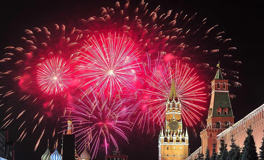 Праздничный салют над Красной площадью в рамках празднования Дня города Москвы