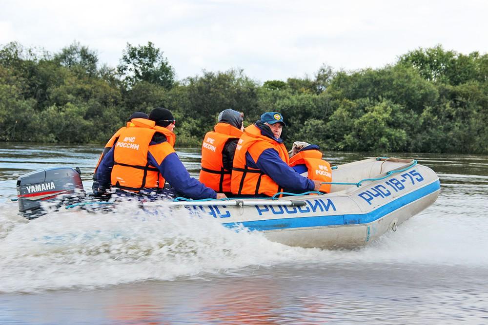 Спасатели МЧС на моторной лодке