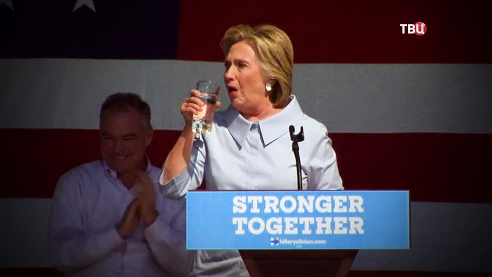 Хиллари Клинтон кашляет