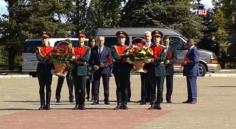 Возложения цветов к мемориалу солдатам