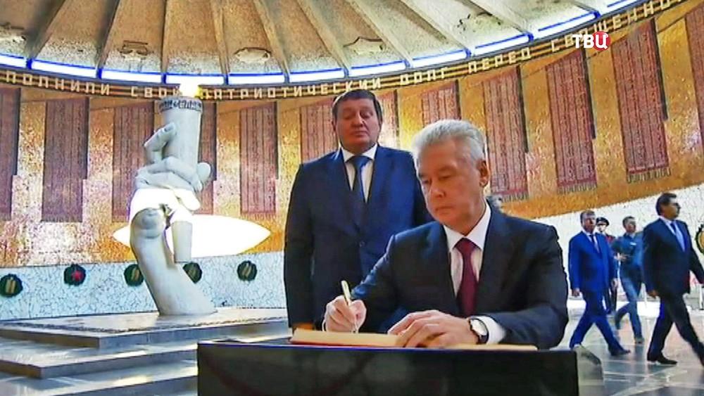 Мэр Москвы Сергей Собянин посетил воинский мемориал в Волгограде