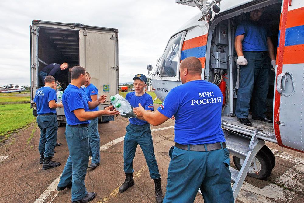Спасатели МЧС привезли гуманитарную помощь