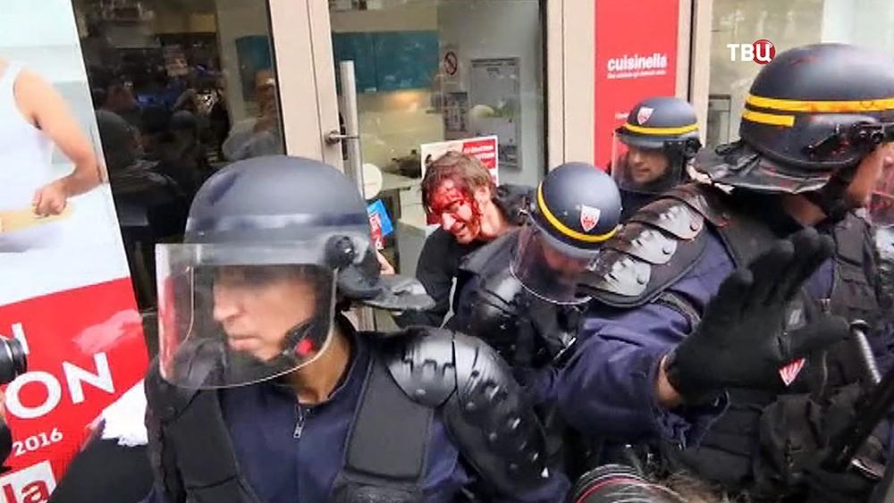 Полиция Франции задерживает участников митинга