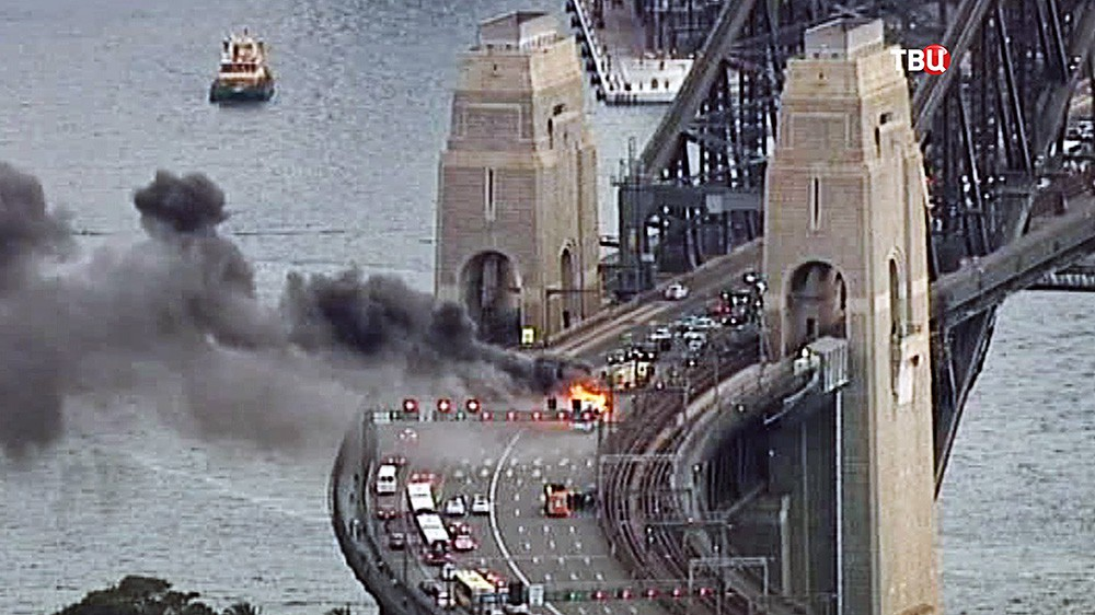 Горящий автобус на мосту Харбор-Бридж в Сиднее