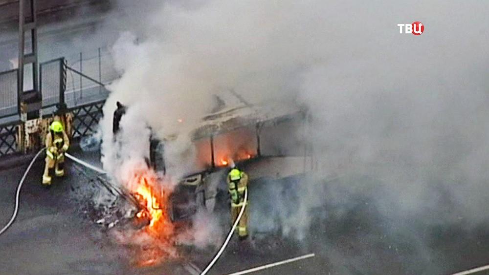 Пожарные Австралии тушат горящий автобус