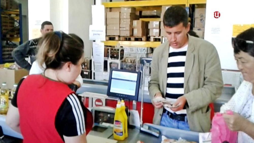 Покупатели на кассе супермаркета