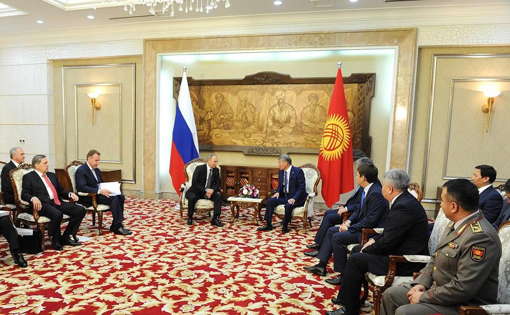 Президент России Владимир Путин и президентом Киргизии Алмазбеком Атамбаевым