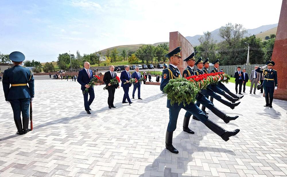 Премьер-министр Молдавии Павел Филип, президент России Владимир Путин, президент Киргизии Алмазбек Атамбаев и президент Армении Серж Саргсян