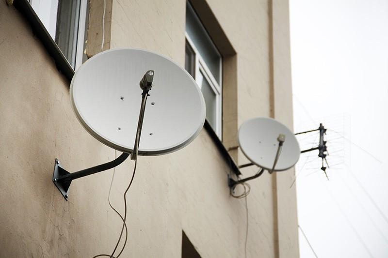 Спутниковые тарелки на фасаде дома