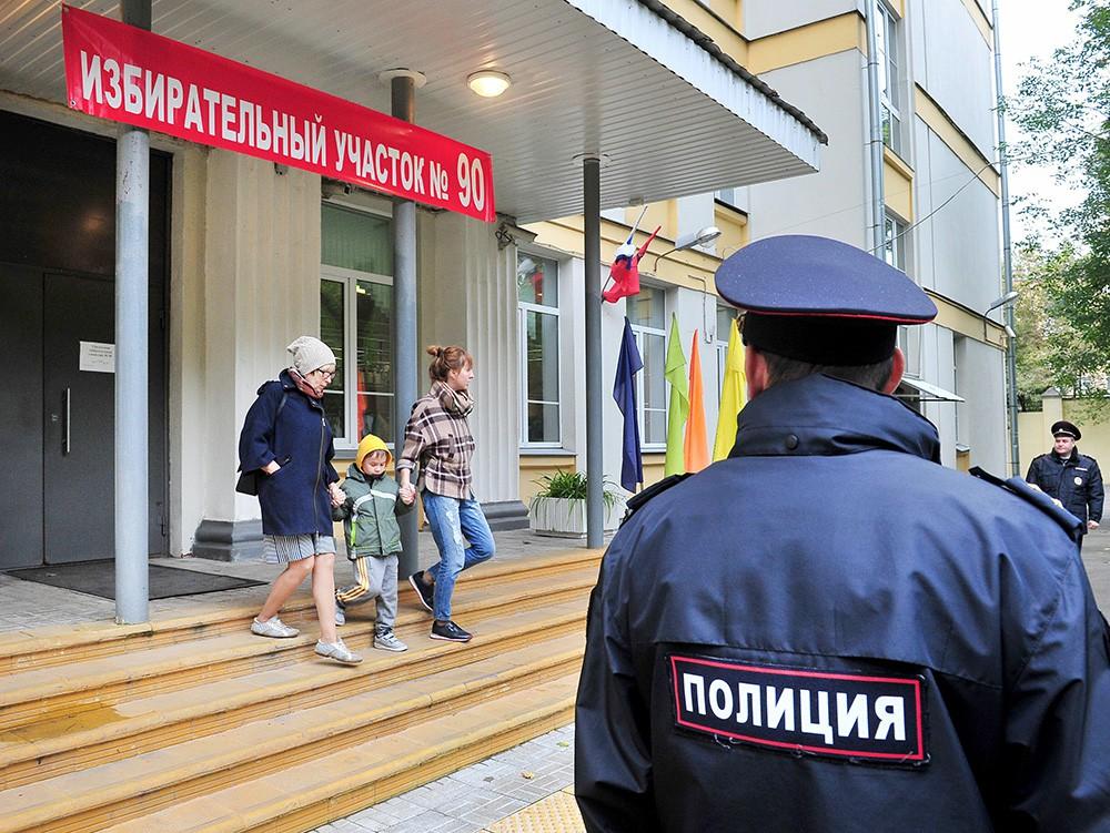 Полиция возле избирательного участка