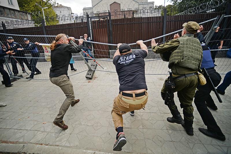 Украинские радикалы у посольства России в Киеве