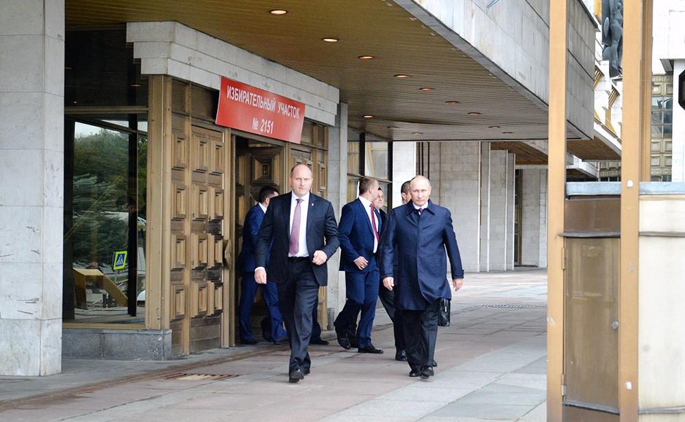 Владимир Путин на избирательном участе